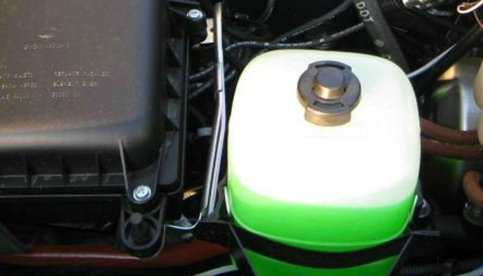 Потек радиатор системы охлаждения двигателя автомобиля